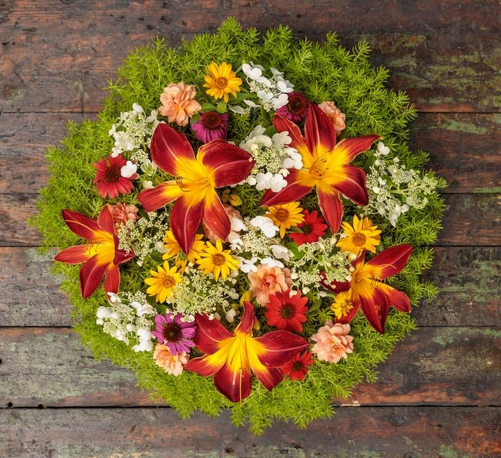 Doesn't this flower arrangement just make you happy?! It did for us, hope it doe...