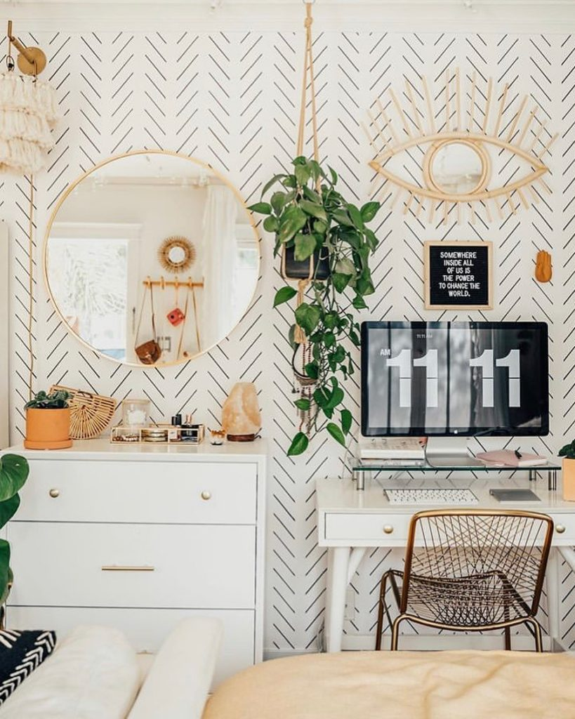 There's something about trailing plants and patterned wallpaper that's so satisf...
